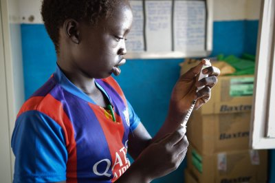 Fourteen-year-old patient Deng Gwin measuring a dose of insulin at Agok hospital © Musa Mahad/MSF