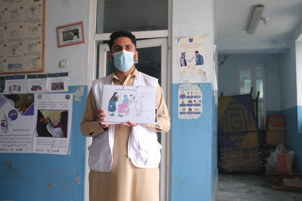 An MSF health promoter explains the danger signs to look out for during pregnancy to a group of caretakers at the MSF-supported Tani comprehensive health centre, Khost province. April 2021.