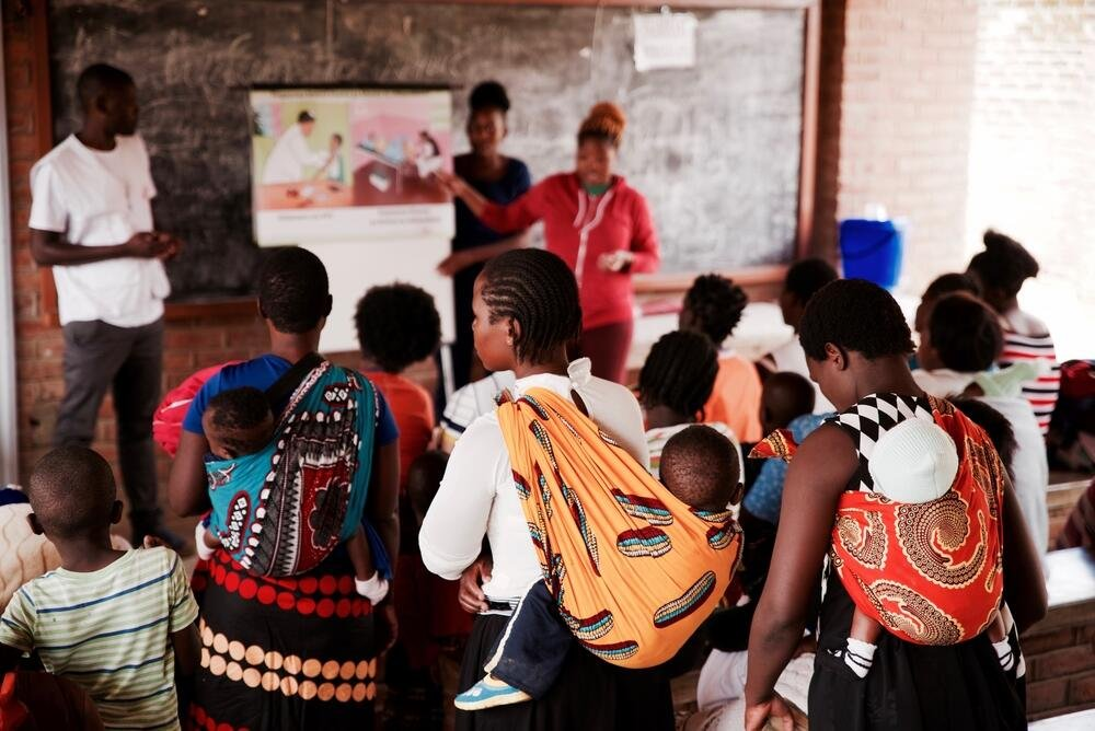 An MSF health education session taking place while women wait for cervical cancer screening in Malawi © Francesco Segoni/MSF.