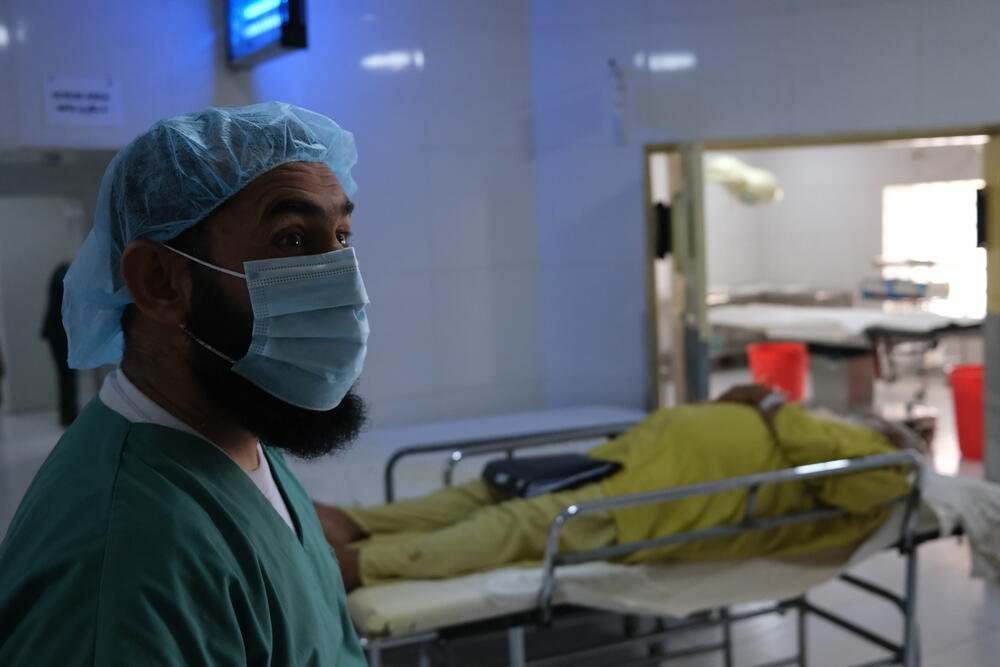 An MSF surgeon prepares for surgery to remove a kidney stone from a 63-year-old man in the operating theatre of Boost hospital, May 2021. © Tom Casey/MSF