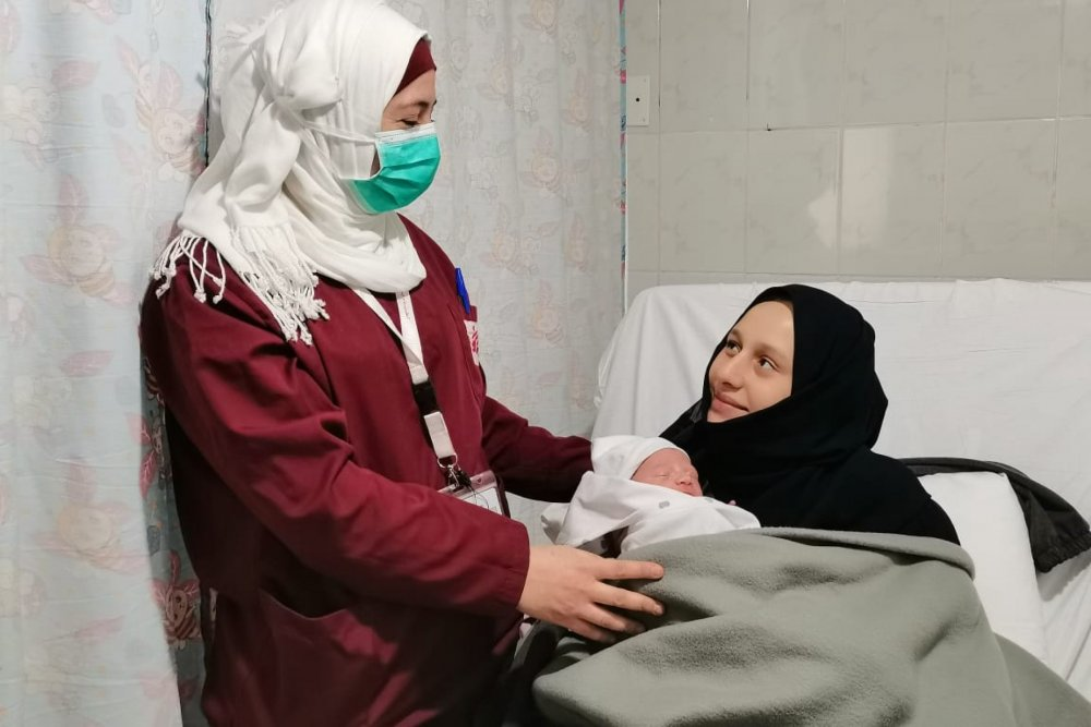 Ibrahim's mother, Razan Dekmak, with an MSF midwife at the hospital