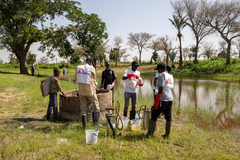 MSF teams treating the different water points in the village of Ara in the commune of Bandé in the department of Magaria in south of Niger.