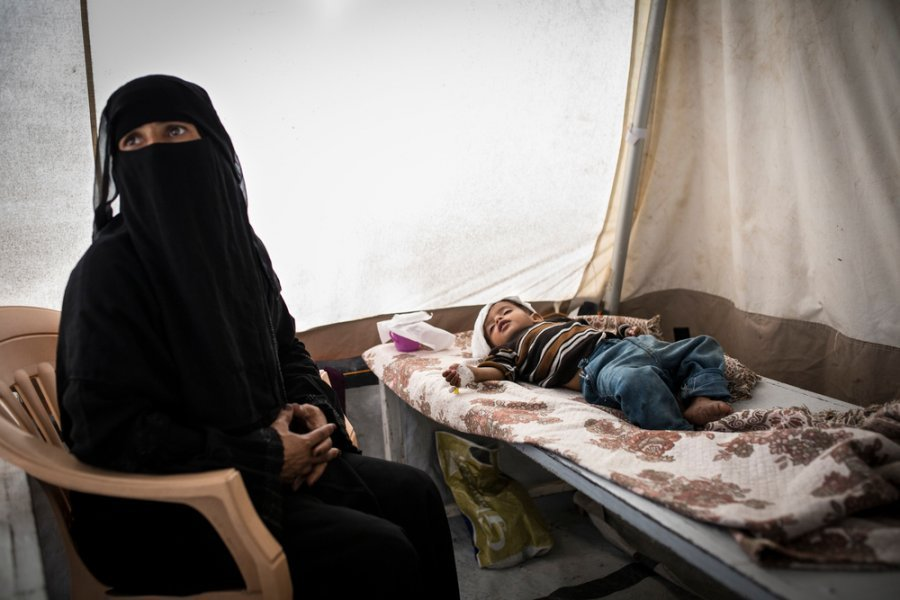 This is the second time within a few weeks Reda has brought her son Muhatasein to the MSF cholera treatment centre in Qaeda hospital, Ibb Governorate. September 2017.