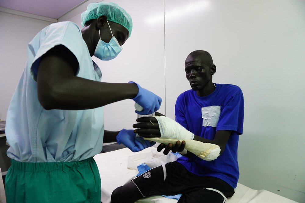 Gatwich, 35-years-old from Pading, (Jonglei State) is treated by MSF operating theatre nurse Bateah in the minor operating theatre in Bentiu Hospital in the Protection of Civilians site