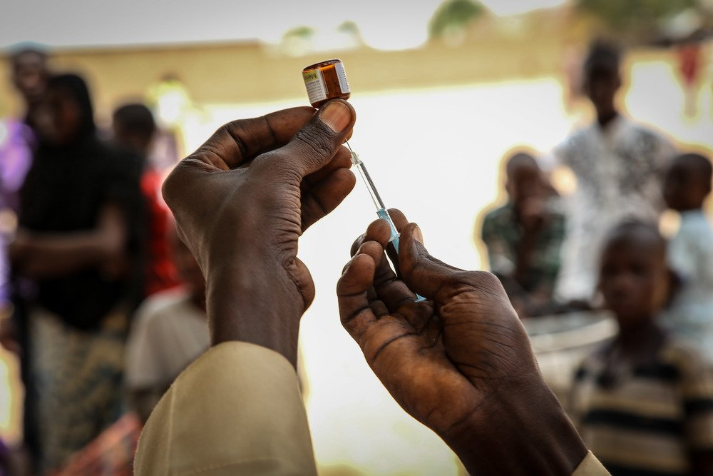 An MSF worker prepares a dose for the injection of a vaccine against meningitis in Damaturu, Yobe state, Nigeria.