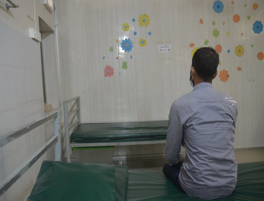 Mohammad, a COVID-19 survivor treated by MSF, sits in a ward at our Kutupalong field hospital © MSF/Daniella Ritzau-Reid