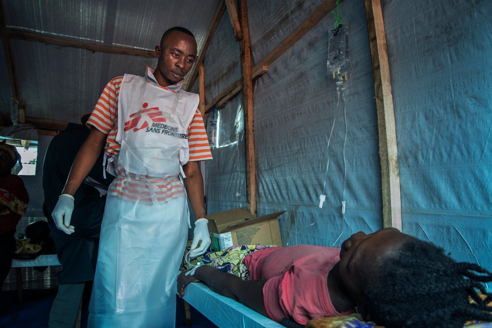 A MSF nurse attends to a patient at the cholera treatment centre in Minova.