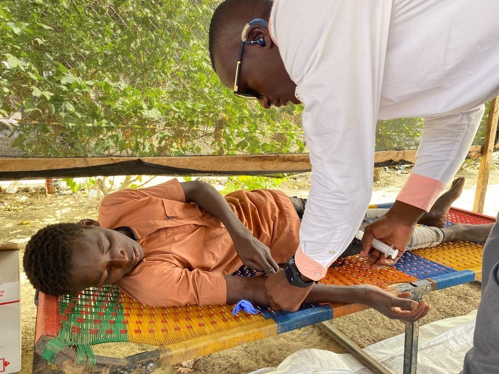 The 15-year-old Bilal has malaria and receives treatment at Garin Wanzam, Niger, before being referred to Kinchindi. October 2020.